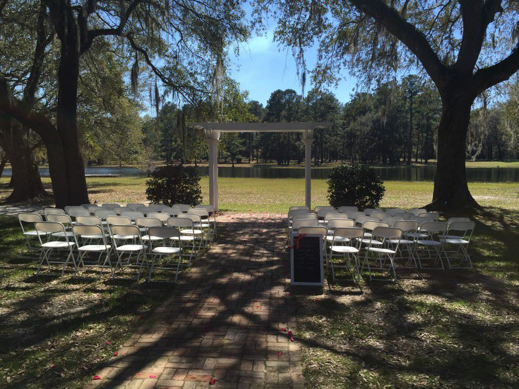 The Retreat at Bradleys Pond in Tallahassee is such a beautiful spot for an outdoor wedding.