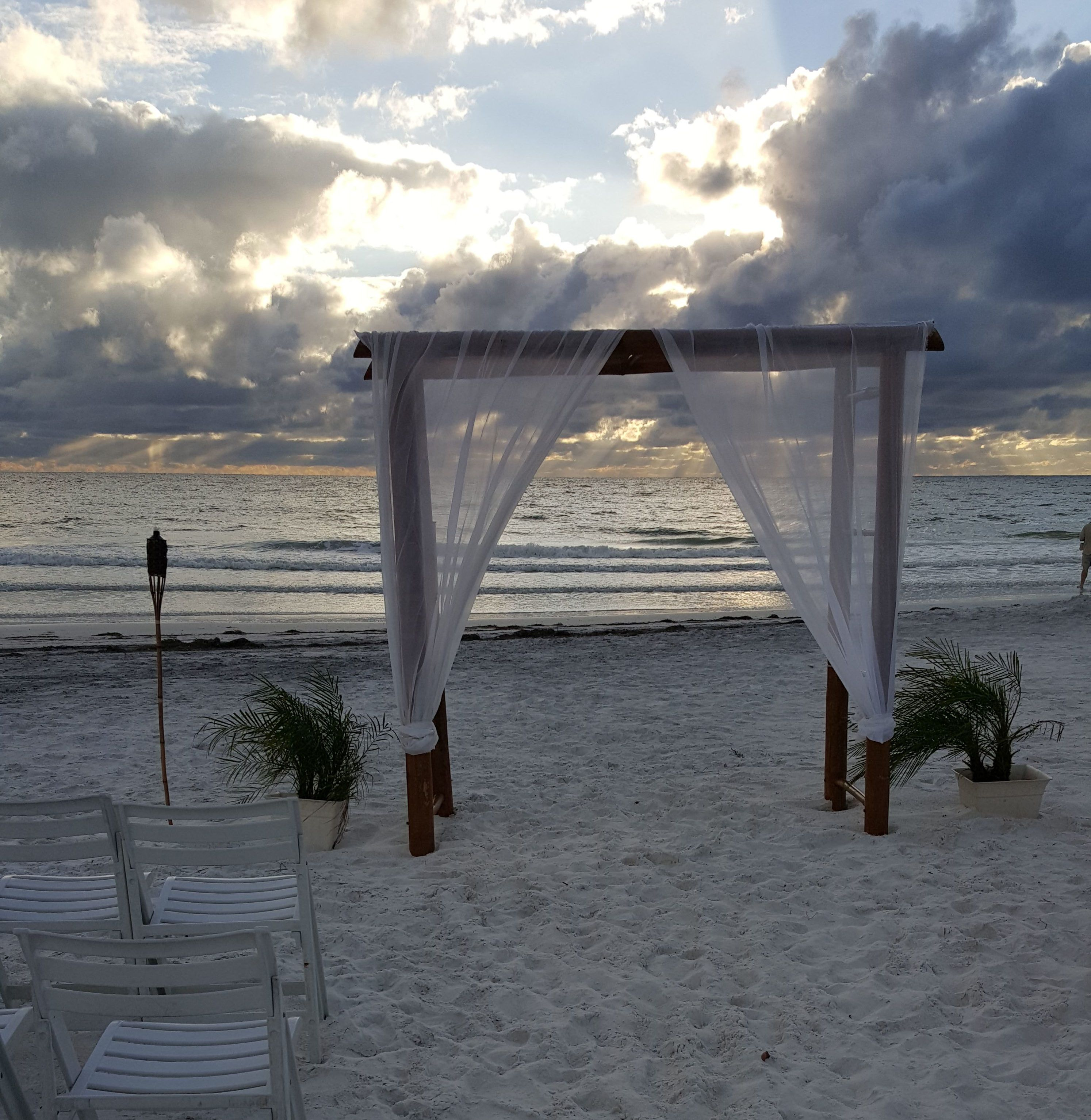First Honeymoon Island wedding ceremony of the Fall