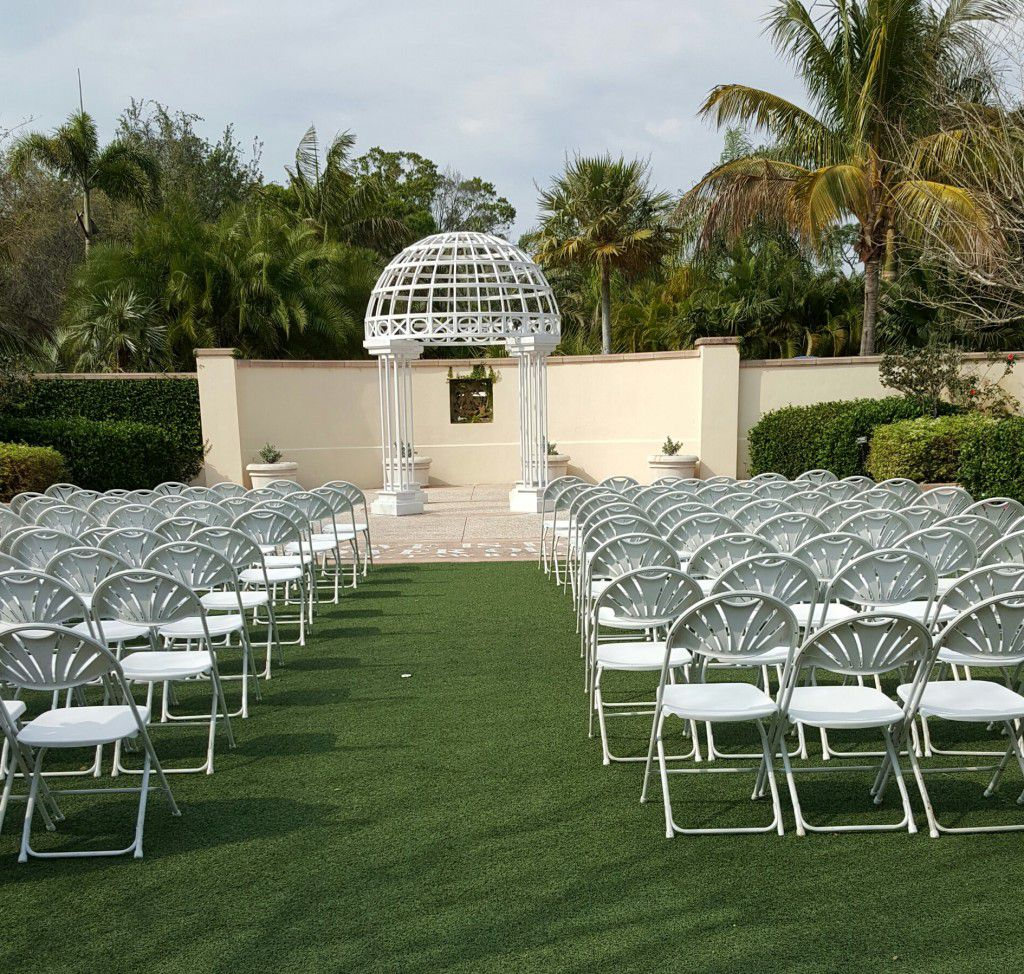 Beautiful outdoor wedding ceremony at the Botanical Gardens